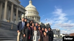 Un grupo de jóvenes soñadores amparados por el programa DACA acuden al Congreso de EEUU para pedir ayuda para permanecer en el país. Foto: @Lulac.