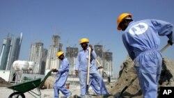 Des migrants asiatiques travaillent sur un chantier de construction à Dubaï, Émirats Arabes Unis, 4 octobre 2005.