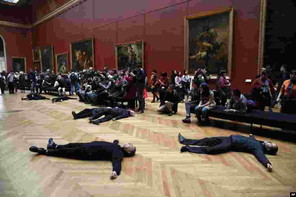 សកម្មជនដេកនៅលើកម្រាលព្រំនៅក្នុងសារមន្ទីរ Louvre ខណៈដែលពួកគេធ្វើបាតុកម្មដោយអំពាវនាវឲ្យមានការចាប់អារម្មណ៍លើបញ្ហាចំណាកស្រុក ដែលបង្កឡើងដោយការបម្រែបម្រួលអាកាសធាតុ និងរិះគន់យ៉ាងខ្លាំងលើសកម្មភាពរបស់ក្រុមហ៊ុន Total ដែលជាក្រុមហ៊ុនប្រេងឥន្ធនៈរបស់ប្រទេសបារាំង ដោយសារក្រុមហ៊ុននេះបានឧបត្ថម្ភដល់សកម្មភាពរបស់សារមន្ទីរ Louvre ក្នុងក្រុងប៉ារីស ប្រទេសបារាំង។