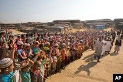 Trẻ em và người tị nạn Rohingya dơ tay lên trời và hô to rằng họ sẽ không trở về Myanmar trong một buổi biểu tình ở Kutupalong gần Cox's Bazar, Bangladesh, hôm 22/1/2018.