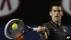 Novak Djokovic menang 6-1, 6-2, 6-3 atas petenis Amerika Ryan Harrison, Rabu malam dalam babak kedua turnamen Australia Terbuka (foto: 16/1).
