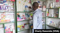 Un vendeur dans une pharmacie à Goma, Nord-Kivu, RDC, 27 octobre 2017. (VOA/Charly Kasereka)