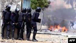 La police sénégalaise affronte les étudiants lors des manifestations à l'Université Cheikh Anta Diop de Dakar, le 16 mai 2018.