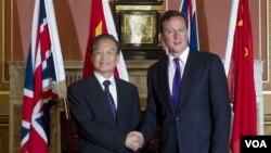 PM Tiongkok Wen Jiabao (kiri) dan PM Inggris David Cameron setelah pertemuan di London, Senin (27/6).