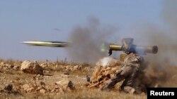 지난 10월 시리아 동부 하마에서 '자유시리아군' 소속 반군들이 대전차미사일을 발사하고 있다. (자료사진)