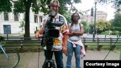 Kru VOA yang mengambil gambar wawancara saya dengan Mathis. Foto diambil dengan Google Glass.