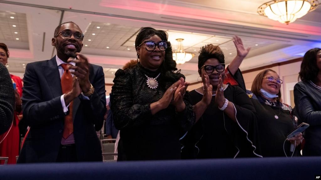 Сторонники Дональда Трампа во время предвыборного мероприятия в Cobb Galleria Center в пятницу, 25 сентября 2020 г. в Атланте во время объявления «Платинового плана»