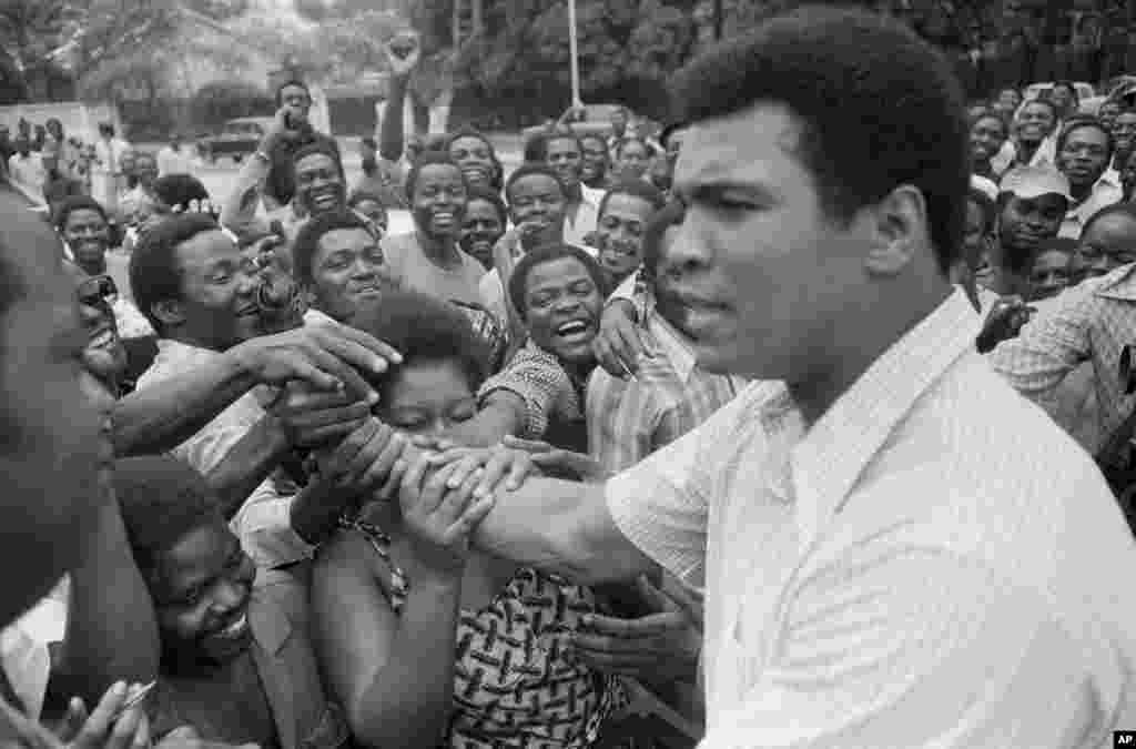 El 17 de septiembre de 1974, Muhammad Ali es recibido en el centro de Kinshasa, Zaire, para luchar contra George Foreman.
