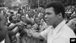 Mohamed Ali salue ses fans au centre-ville de Kinshasa, au Zaïre (actuellement DRC), 17 septembre 1974.