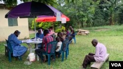 ຊາວບ້ານຊອງໝູ່ບ້ານ Kirembo ຕຽມການກ່ຽວກັບການຊີດວັກຊີນອີໂບລາ ໃນເຂດ Kasese, Uganda, 16 ມິຖຸນາ2019.