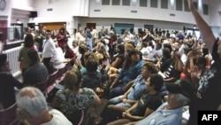 贝尔市议会开会,民众要求市长下台