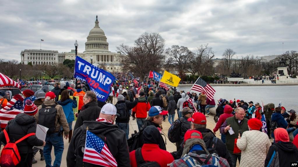 Người ủng hộ TT Trump tuần hành tới Điện Capitol ở Washington DC ngày 6/1/2021. (Photo by Joseph Prezioso / AFP)