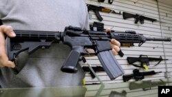 Rifle modelo AR-15 como el que WalMart está retirando de sus tiendas por bajas ventas.