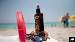 Uno de cada siete hombres y una de cada tres mujeres usan regularmente protección solar en la piel expuesta al sol.
