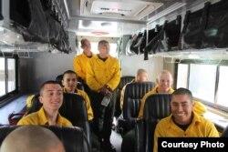 Yulfiano (paling belakang) bersama para pemadam kebakaran di California (dok: pribadi)