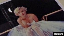"""""""Ballerina Sitting"""" là một trong những sưu tập ảnh hiếm hoi về Marilyn Monroe được thực hiện bởi Milton H. Greene."""
