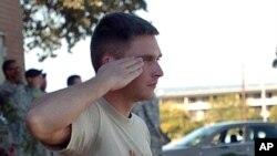抢救战友后的急救人员默默敬礼
