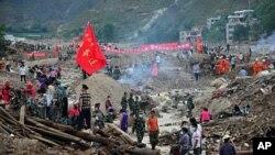 ຝົນຕົກໜັກ ເຮັດໃຫ້ການປະຕິບັດຊອກຄົ້ນແລະກູ້ໄພ ທີ່ແຂວງ Gansu ໃນພາກຕາເວັນຕົກສຽງເໜືອຂອງຈີນ ປະສົບບັນຫາ (12 ສິງຫາ 2010)