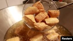 Món đậu hũ tại một nhà hàng ở Đài Bắc. Một số người tiêu thụ thường đi ăn ở ngoài để tiết kiệm thời gian hay gặp bạn bè nay đã quay ra nấu ăn ở nhà