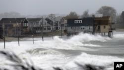 飓风侵袭扑向美国麻萨诸塞州普利茅斯郡一处海滩的房屋(2012年10月29日)。