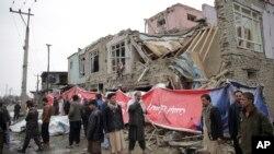 Warga berjalan di lokasi serangan bunuh diri di Kabul, Afghanistan, 2 Maret 2018.