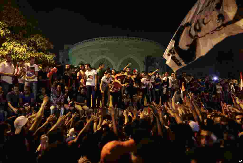 Opponents of Egypt's Islamist President Mohamed Morsi chant slogans during a protest outside the presidential palace, in Cairo, June 30, 2013.