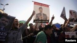 2013年8月7日埃及被推翻总统穆尔西的穆斯林兄弟会和穆尔西的支持群众在开罗东部的纳赛尔城举行抗议示威,高喊支持穆尔西的口号。