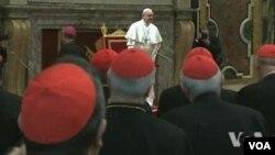 Paus Fransiskus hari Jumat (15/3) mengadakan pertemuan dengan para kardinal yang memilihnya di Vatikan.