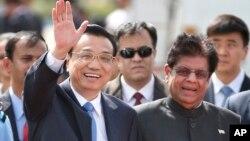 PM China Li (kiri) melambai saat tiba di New Delhi, India hari Minggu (19/5).