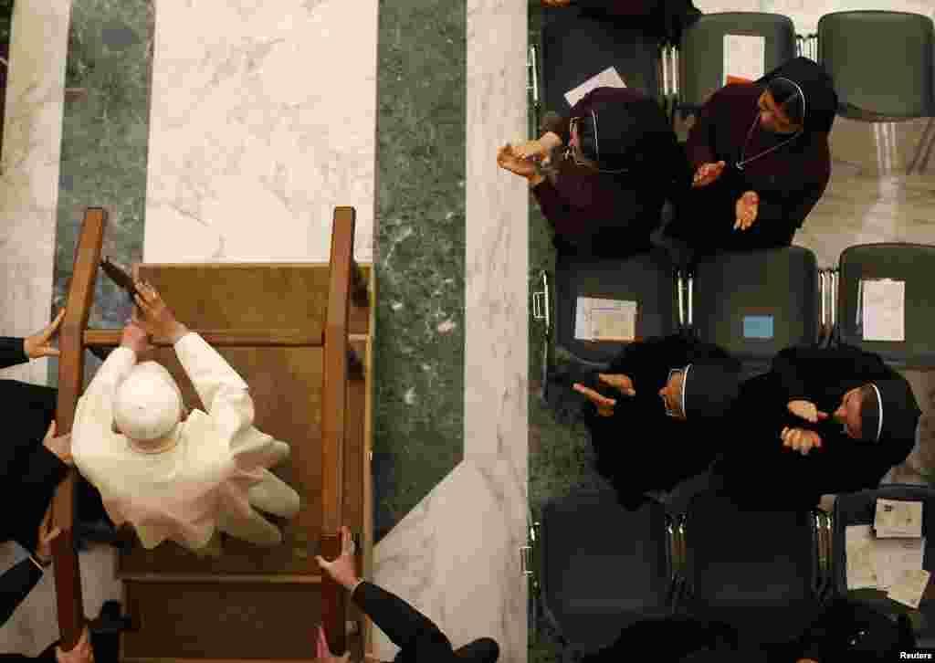 Llegada con mucha ayuda al Seminario Mayor de Roma el 8 de febrero de 2013.