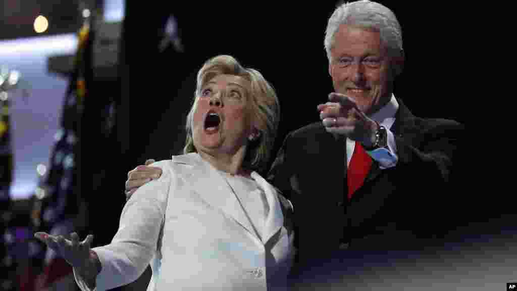 La candidate démocrate Hillary Clinton et l'ancien président Bill Clinton à la tribune de la convention nationale démocrate à Philadelphie, le 28 juillet 2016.