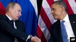Tổng thống Hoa Kỳ Barack Obama (phải) và Tổng thống Nga Vladimir Putin mở cuộc họp bên lề hội nghị thượng đỉnh G20 ở Los Cabos, Mexico