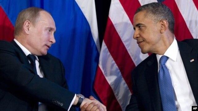 Tổng thống Hoa Kỳ Barack Obama (phải) bắt tay Tổng thống Nga Vladimir Putin tại hội nghị thượng đỉnh G20, ở Los Cabos, Mexico, 18/6/12