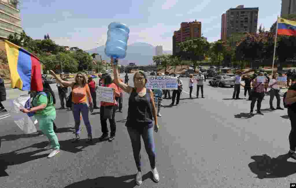 یک معترض ونزوئلایی در ادامه قطع آب و برق، اعتراض خود را اینطور در شهر کاراکاس نشان می دهد.