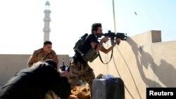 Un membre des unités d'élite irakiennes de lutte anti-terroriste face à des militants de l'Etat islamique dans le quartier d'al-Zahraa, à Mossoul, en Irak, le 13 novembre 2016.