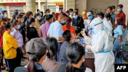居民在中国云南省瑞丽市接受冠状病毒检测。(2020年9月15日)