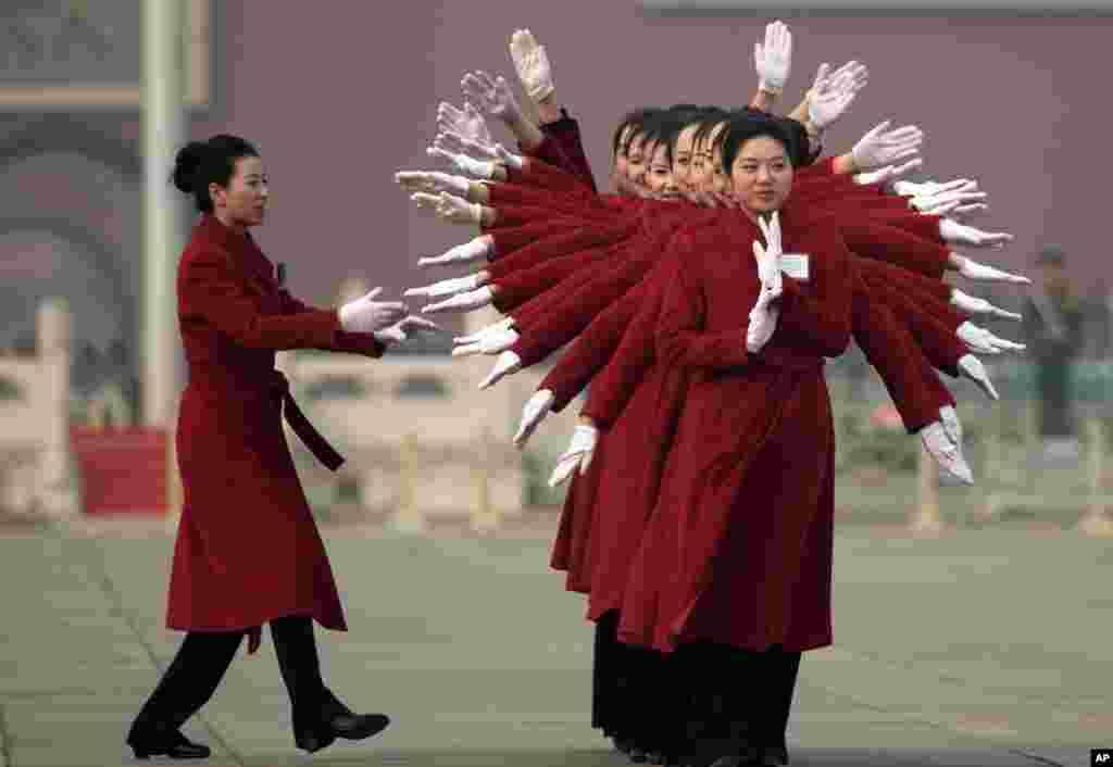 中国人大会议的女服务员在北京天安门广场的人民大会堂摆姿势拍照留念