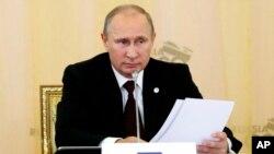 Presiden Rusia Vladimir Putin memperingatkan akan konsekuensi serangan militer terhadap Suriah