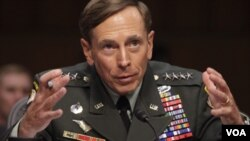Petraeus, de 58 años, asumió el comando de las fuerzas de EE.UU. y de la OTAN en Afganistán en julio del año pasado.