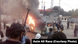 ایک ٹی وی چینل کی گاڑی کو نذر آتش کیا جا رہا ہے۔ 25 دسمبر 2017