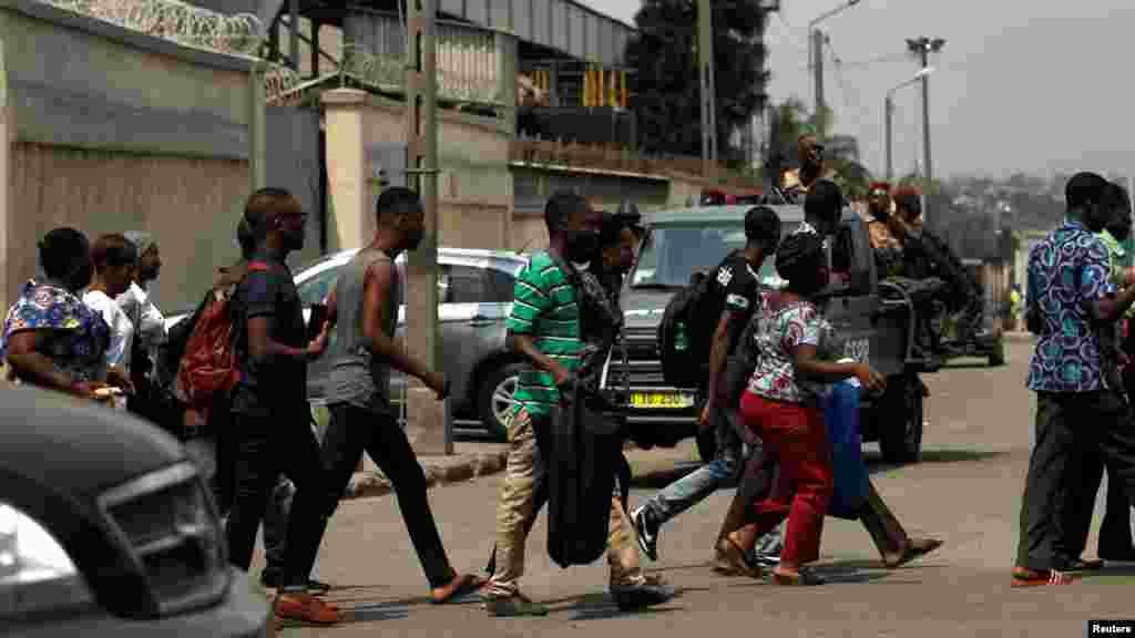 Des passants courent alors qu'ils quittent le port d'Abidjan après avoir entendu des tirs, en Côte d'Ivoire, le 18 janvier 2017.