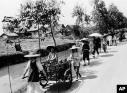 历史照片:人们走在广州附近的佛山乡间道上。(1961年11月20日)