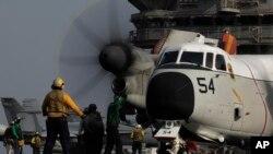 이라크 작전을 위해 미 항공모함 조지 부시호에서 이륙준비 중인 군용기