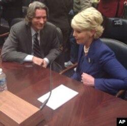 Cindy McCain, l'épouse du sénateur John McCain à l'audience avec John Prendergrast de l'ONG Enough Project