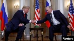 Prezidan Donald Trump ap bay Prezidan Vladimir Vladimir Putin lanmen nan kòmansman rankont yo a nan Helsinki, Peyi Fenland. (Foto: 16 Jiyè 2018).