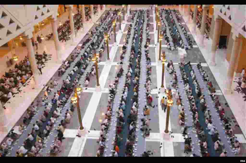 Saudijski muslimani i njihovi gosti tokom iftara u Dirah džamiji u prijestonici Rijadu