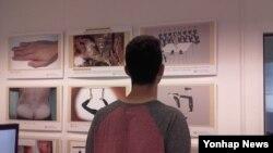 독일 수도 베를린 시내 관광과 역사의 명소인 체크포인트찰리박물관에 북한인권 참상을 알리는 기록물이 3일부터 상설 전시된다. 지난달 25일 한 관광객이 가전시된 전시물을 감상하고 있다.