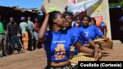 Activistas da Associação Coalizão usam a dança para promover a saúde reprodutiva em Moçambique