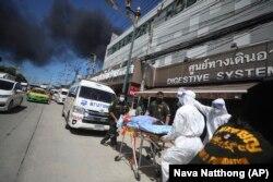 Pasien dievakuasi dari Rumah Sakit Chularat 9 menyusul ledakan dan kebakaran hebat di sebuah pabrik di Provinsi Samut Prakan, Thailand, Senin, 5 Juli 2021. (Foto: AP/Nava Natthong)
