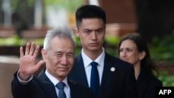 Phó Thủ Tướng Trung Quốc Lưu Hạc (trái) tới Văn phòng Đại diện Thương mại Hoa Kỳ ở thủ đô Washington để đàm phán về vấn đề thuế nhập khẩu. Ảnh chụp ngày 9/5/2019. (Photo by ANDREW CABALLERO-REYNOLDS / AFP)
